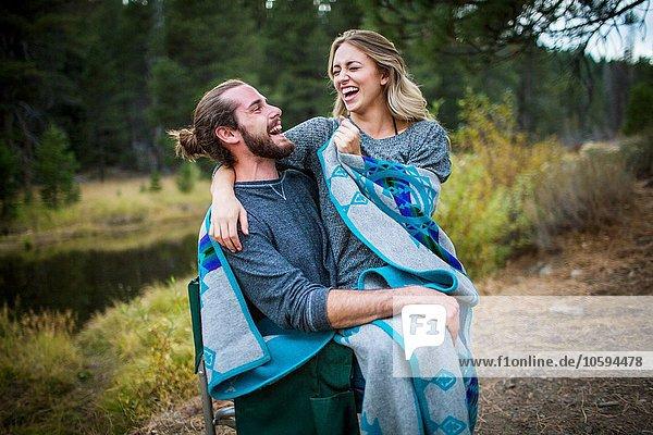 Romantisches junges Paar in Decke gehüllt am Flussufer  Lake Tahoe  Nevada  USA