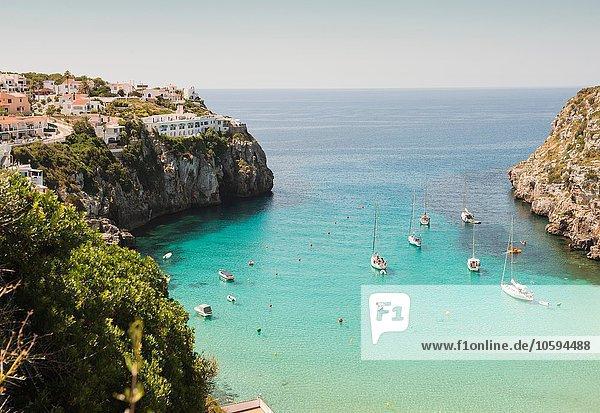 Erhöhter Blick auf zwei Boote und Yachten in der Bucht  Menorca  Balearen  Spanien