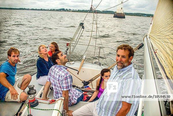 Hochwinkelansicht der Familie auf dem Segelboot