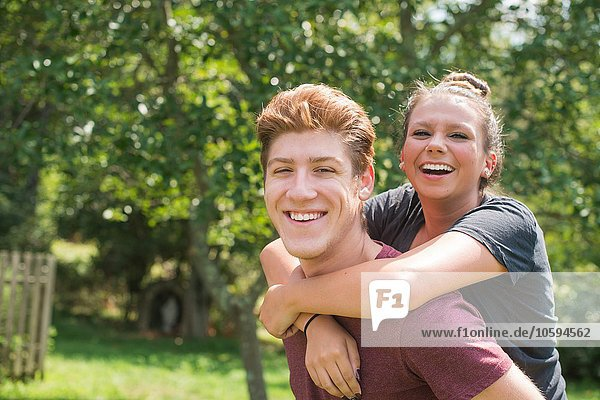 Porträt eines jungen Mannes  der eine junge Frau mit lächelndem Blick auf die Kamera zurückgibt.