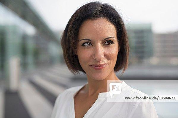 Portrait einer reifen Geschäftsfrau außerhalb des Flughafens