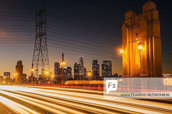 Lichtspuren über die 4. Straßenbrücke  nachts beleuchtet  Los Angeles  Kalifornien  USA