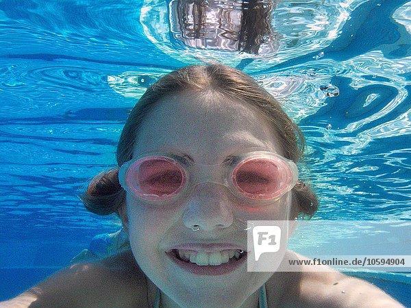 Nahaufnahme Unterwasserporträt eines Mädchens mit Brille im Schwimmbad