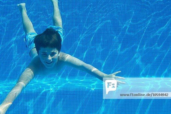 Unterwasseransicht des Jungen im Schwimmbad