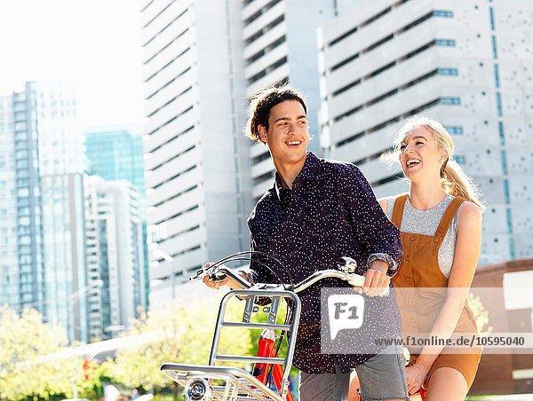 Junges Paar auf dem Fahrrad  Southbank  Melbourne  Australien