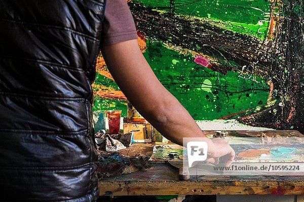 Mittlerer Erwachsener Mann  Gemälde  Mittelteil  Rückansicht
