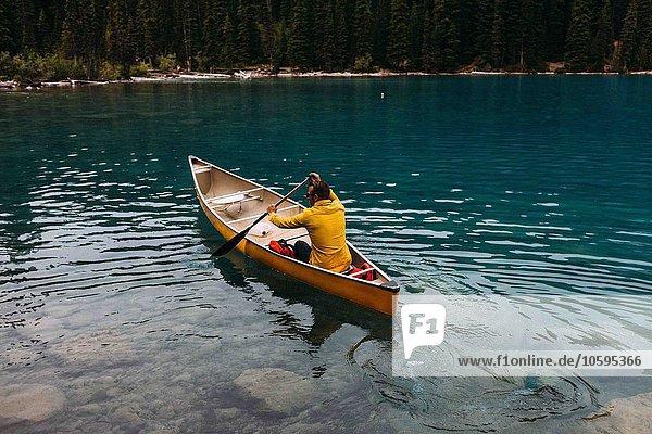 Hochwinkel-Rückansicht des mittleren Erwachsenen auf dem Moraine Lake  Banff National Park  Alberta Canada