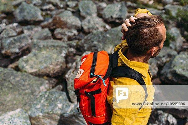 Hochwinkelansicht eines Mannes mit orangefarbenem Rucksack  Moraine Lake  Banff National Park  Alberta Canada