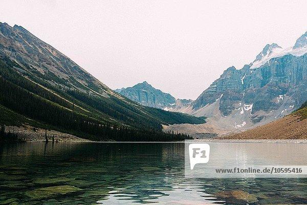 Moränensee unter schneebedeckten Bergen  Banff National Park  Alberta Kanada
