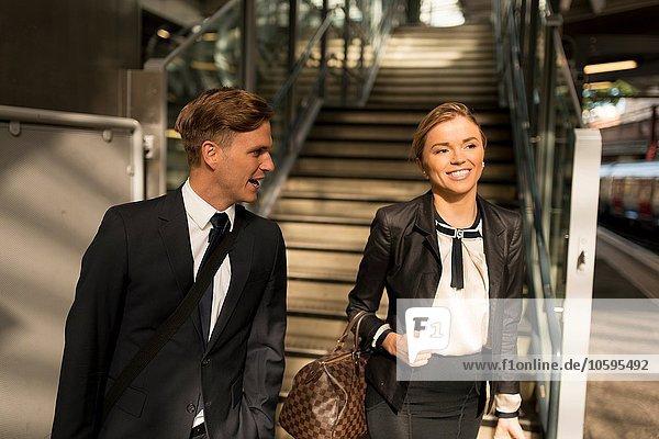 Geschäftsmann und Geschäftsfrau am Fuß der Treppe  U-Bahnstation  London  UK