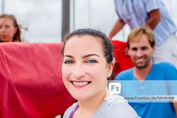 Porträt einer jungen Frau  rückseitig gebundenes Haar mit lächelndem Blick auf die Kamera