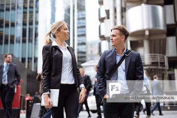 Geschäftsmann und Geschäftsfrau im Stadtzentrum  London  UK