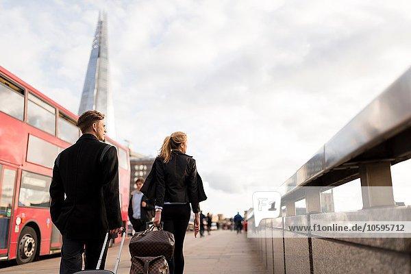 Geschäftsmann und Geschäftsfrau auf Geschäftsreise  London  UK