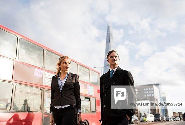 Geschäftsmann und Geschäftsfrau auf Geschäftsreise  London  UK Geschäftsmann und Geschäftsfrau auf Geschäftsreise, London, UK