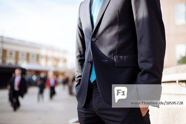 Geschäftsmann mit Händen in der Tasche  teilweise verdeckt  London  UK Geschäftsmann mit Händen in der Tasche, teilweise verdeckt, London, UK