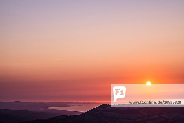 Oranger Sonnenuntergang über dem Meer  Castelsardo  Sardinien  Italien