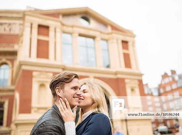 Romantisches junges Paar vor der Albert Hall  London  England  UK Romantisches junges Paar vor der Albert Hall, London, England, UK