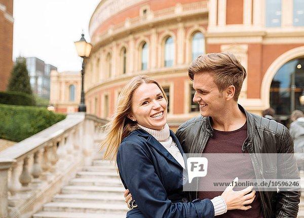 Junges Paar beim Spaziergang vor der Albert Hall  London  England  UK