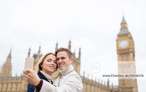 Junges Paar nimmt Smartphone Selfie vor Big Ben  London  England  UK Junges Paar nimmt Smartphone Selfie vor Big Ben, London, England, UK
