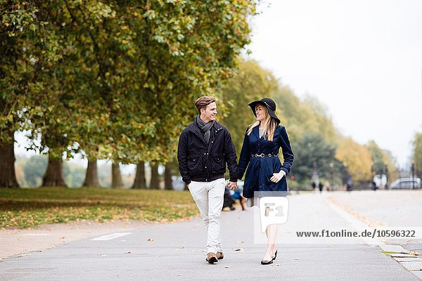 Romantisches junges Paar beim Bummeln im Park  London  England  UK