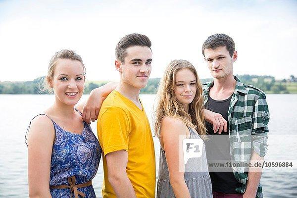 Porträt einer Gruppe von Freunden  draußen  lächelnd Porträt einer Gruppe von Freunden, draußen, lächelnd