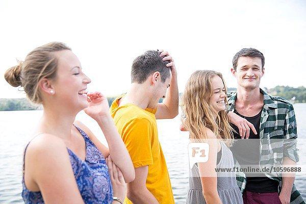 Gruppe junger Erwachsener  draußen  lachend Gruppe junger Erwachsener, draußen, lachend