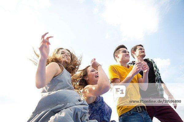 Gruppe junger Erwachsener  Laufen  im Freien  Tiefblick Gruppe junger Erwachsener, Laufen, im Freien, Tiefblick