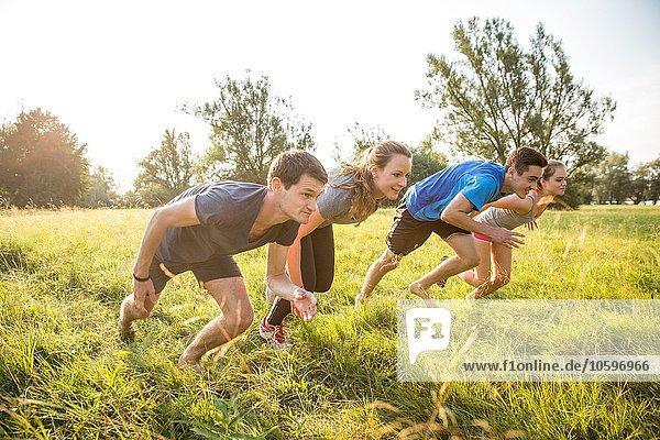 Gruppe von Freunden beim Laufen  Rennen  im Feld Gruppe von Freunden beim Laufen, Rennen, im Feld