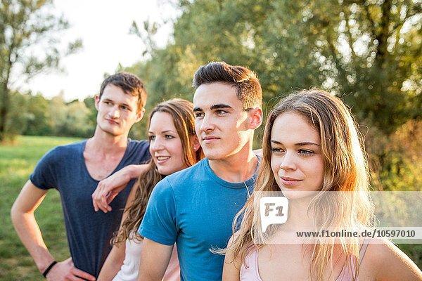 Porträt einer Gruppe von Freunden in ländlicher Umgebung  lächelnd Porträt einer Gruppe von Freunden in ländlicher Umgebung, lächelnd