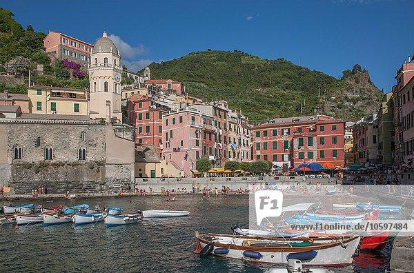 Vernazza Dorf und Hafen  Cinque Terre  Italien