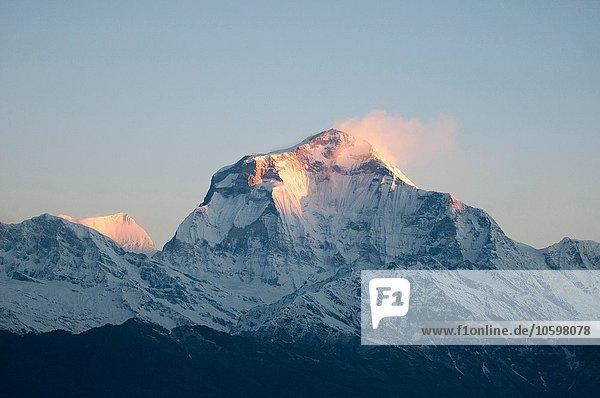 Schneebedeckter Berggipfel bei Sonnenaufgang  Nepal