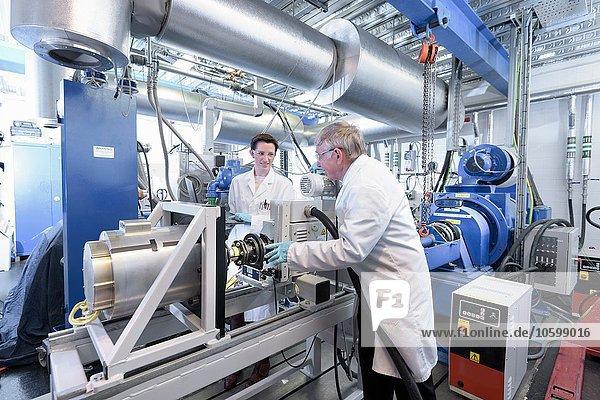 Wissenschaftler testen Lithium-Autobatterie mit Elektroauto in Batterieforschungseinrichtung