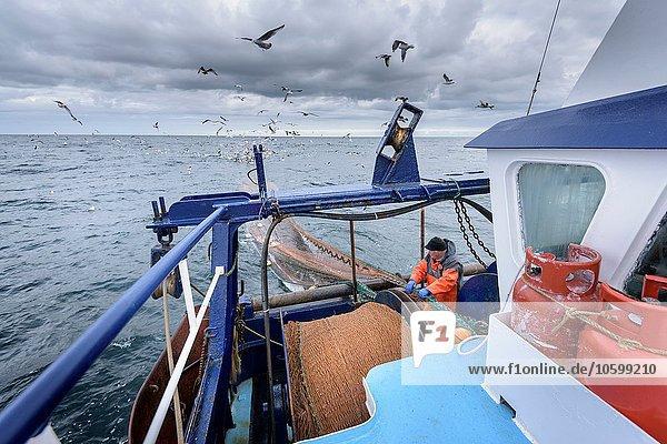 Fischer mit Schleppnetz auf dem Trawler
