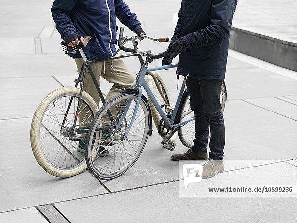 Neck down Ansicht von Stadtfahrern  die neben dem Fahrrad stehen