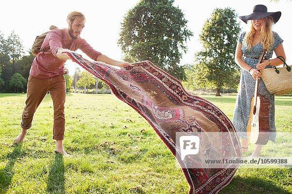 Romantisches junges Pärchen beim Picknick im Park Romantisches junges Pärchen beim Picknick im Park