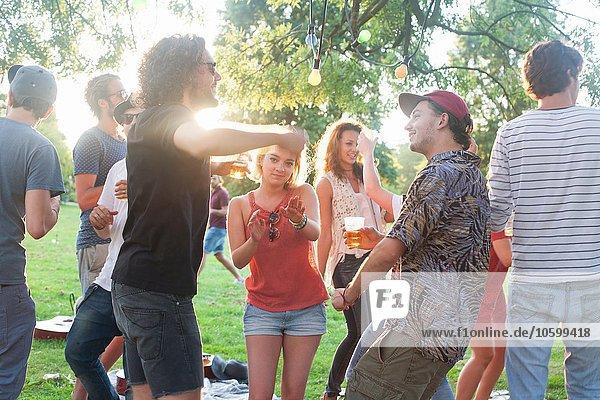 Erwachsene Freunde tanzen auf der Parkparty bei Sonnenuntergang