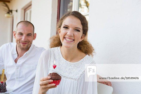 Porträt eines Teenagermädchens und eines erwachsenen Mannes bei einer Party auf der Terrasse