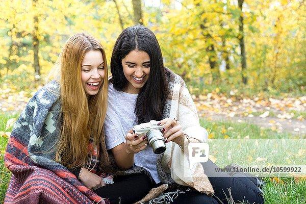Junge Frauen lächeln vor der Kamera im Wald  Hampstead Heath  London