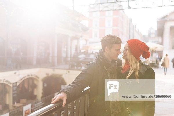 Romantisches junges Paar  Covent Garden  London  UK Romantisches junges Paar, Covent Garden, London, UK