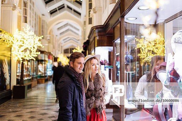 Schaufensterbummel in Burlington Arcade zu Weihnachten  London  UK