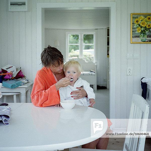 Junge - Person Mutter - Mensch füttern