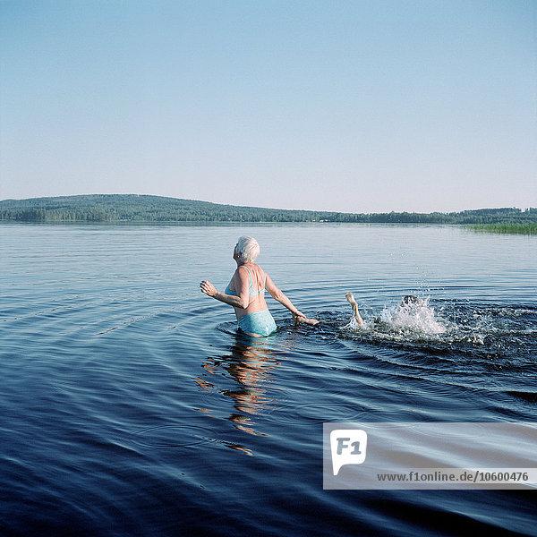 Senior Senioren Frau See schwimmen