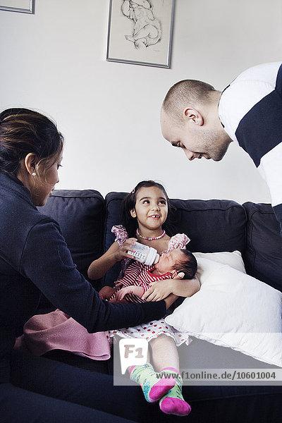 Neugeborenes neugeboren Neugeborene sehen Schwester Menschliche Eltern Baby