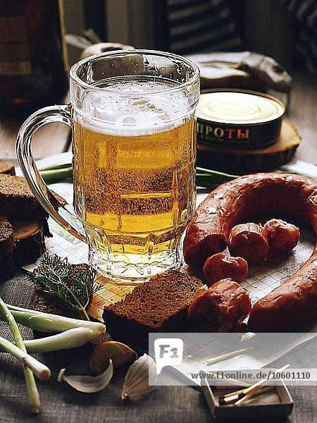 Becher Lebensmittel füllen füllt füllend Tisch Bier