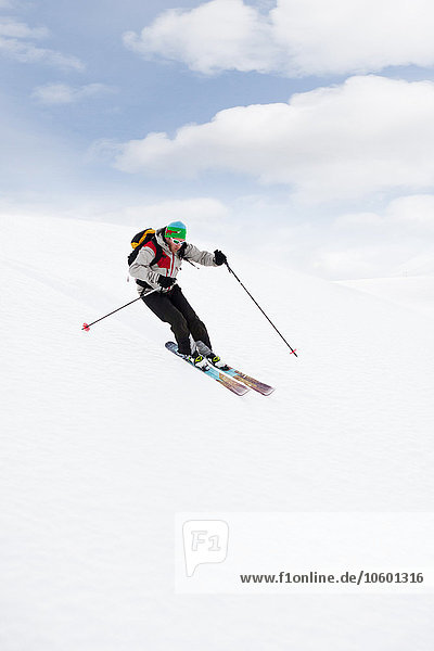 Mann fährt Ski