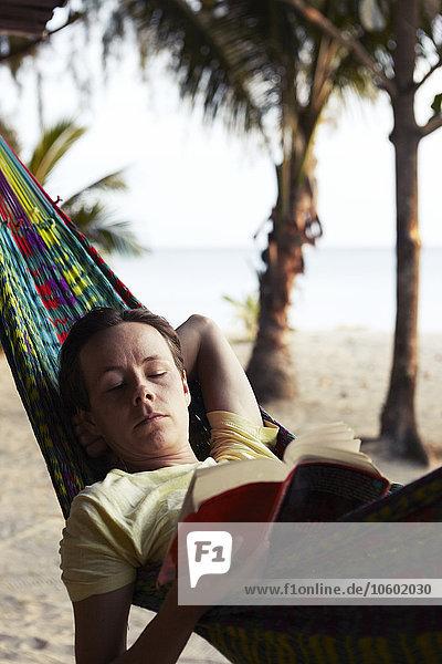 liegend liegen liegt liegendes liegender liegende daliegen Frau Buch Hängematte Taschenbuch vorlesen