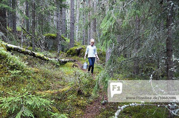 Wald aufheben Mädchen