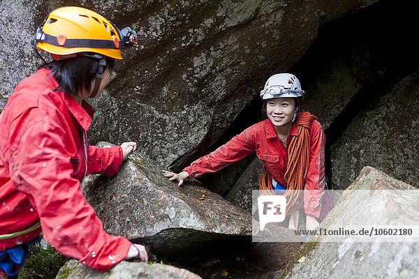 Frau sehen Höhle jung