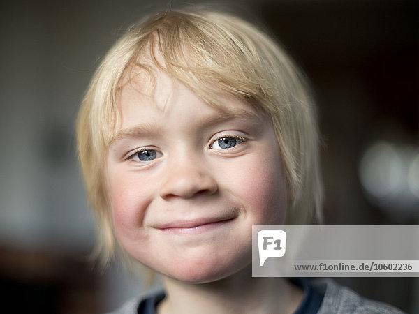 Portrait sehen lächeln Junge - Person Blick in die Kamera