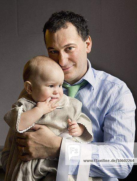 Menschlicher Vater Sohn halten Baby